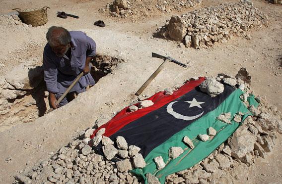 libyalaismies kaivaa hautaa
