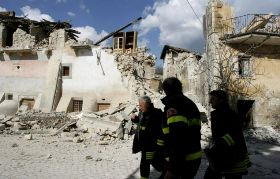 Firefighters walk past collapsed buildings in the village of Castelnuovo. Kuva Alessandra Tarantino / AP / Lehtikuva