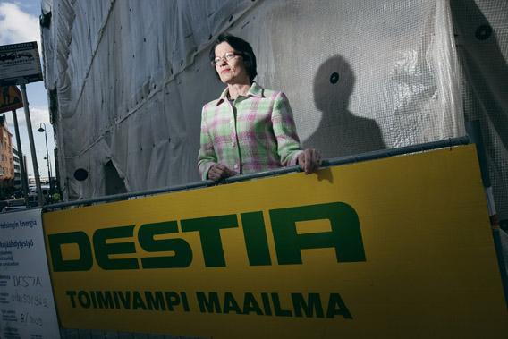 Eeva-Liisa Virkkunen seisoo Destian logon edessä