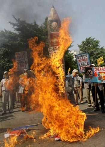 Eteläkorealaiset mielenosoittajat polttavat leikkiydinohjusta