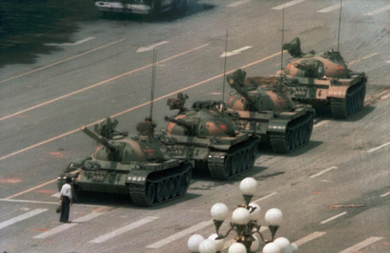 Mies vastustamassa tankkeja 1989