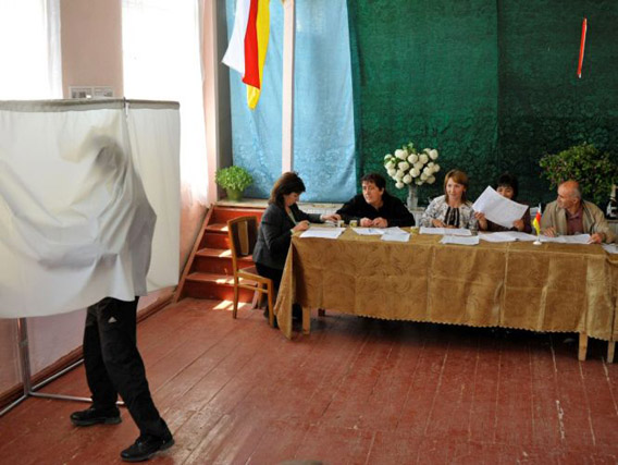 Mies äänestämässä Etelä-Ossetian parlamenttivaaleissa