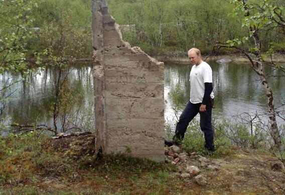 Betonirakenteen jäänteitä Peltojoen rannalla