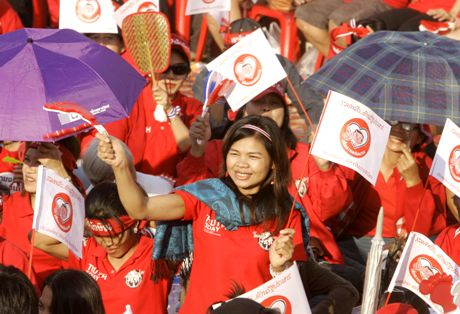 A female pro-government demonstrator waves a clapper during a rally to support Prime Miinister Somchai Wongsawat outside the city hall Sunday, Nov. 30, 2008 in Bangkok, Thailand. About 5,000 people took part in the demonstration. (AP Photo/Apichart Weerawong)