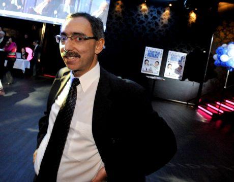 Kokoomuksen eduskuntaryhmän varapuheenjohtaja Ben Zyskowicz seuraa ääntenlaskentaa Kokoomuksen kunnallisvaalien vaalivalvojaisissa ravintola Freda51:ssä Helsingissä 26. lokakuuta 2008.
