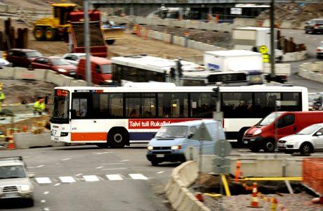 Liikennettä Hakamäentien risteyksessä Helsingissä 13. lokakuuta 2008. Vihreät purkaisivat pääkaupunkiseudun ruuhkia perimällä autoilijoilta maksua, joka kannustaa joukkoliikenteen käyttöön.