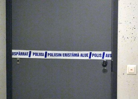 Nelihenkisen perheen vanhemmat löydettiin iltapäivällä kuolleina asunnosta Helsingin Herttoniemenrannasta 28. lokakuuta 2008. Poliisin mukaan tekoon ei liity ulkopuolisia. Kuvassa asunnon ovi.