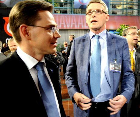 Keskustan puheenjohtaja Matti Vanhanen (oik.) ja kokoomuksen puheenjohtaja Jyrki Katainen tarkkailevat kunnallisvaalien vaaliennusteita Ylen vaalivalvojaisissa Helsingissä 26. lokakuuta 2008.