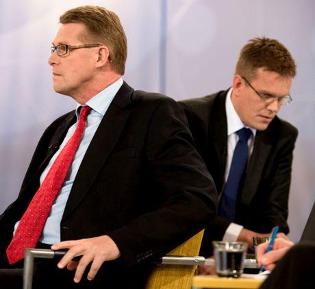 Keskustan puoluesihteeri Jarmo Korhonen (oik.) ja Keskustan puheenjohtaja Matti Vanhanen YLE TV1:n Suuressa vaalikeskustelussa 23. lokakuuta 2008.