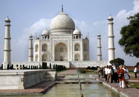 Taj Mahalin hautamuistomerkki Agrassa.     The Taj Mahal in Agra, India.