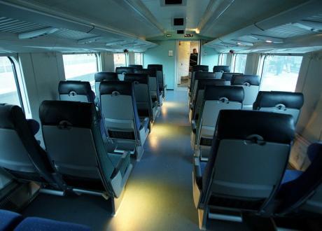 HELSINKI - KAKSIKERROSVAUNU : VR tilaa lisää 50 kaksikerroksista InterCity-vaunua Rautaruukin Transtechin Otanmäen tehtaalta. Kuvassa uusi EDS-vaunu, jossa on mm panttilukittavia matkatavaralokeroita, sekä alatasossa yleisöpuhelimet. LEHTIKUVA / KIMMO MÄNTYLÄ / rj 1998
