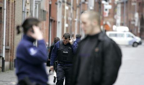poliiseja belgialaispäiväkodin edustalla
