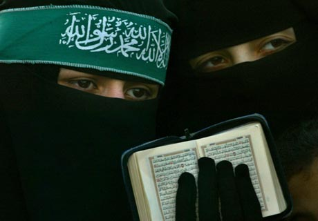 kaksi musliminaista ja koraani