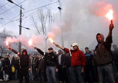 mielenosoittajia kosovossa