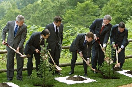g8-maiden johtajat istuttavat puita toyakassa japanissa